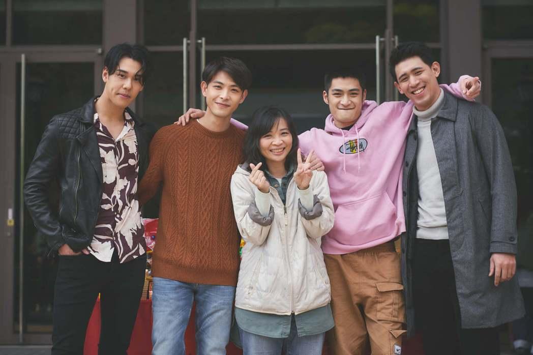 周予天(左起)、連晨翔、導演詹馥華、潘綱大、劉宇昕出席「一杯熱奶茶的等待」開鏡儀...