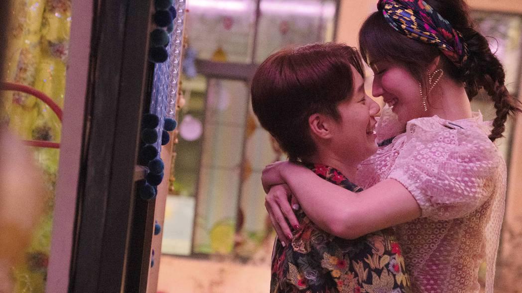 小薰(右)與涵冷娜(左)在「揭大歡喜」裡有浪漫激吻戲。圖/海鵬提供