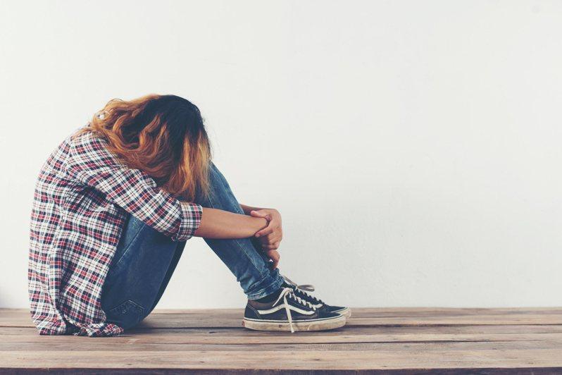 當父母對待子女們有明顯「偏心」時,可能會讓被冷落的孩子難過。 示意圖。圖片來源/ingimage