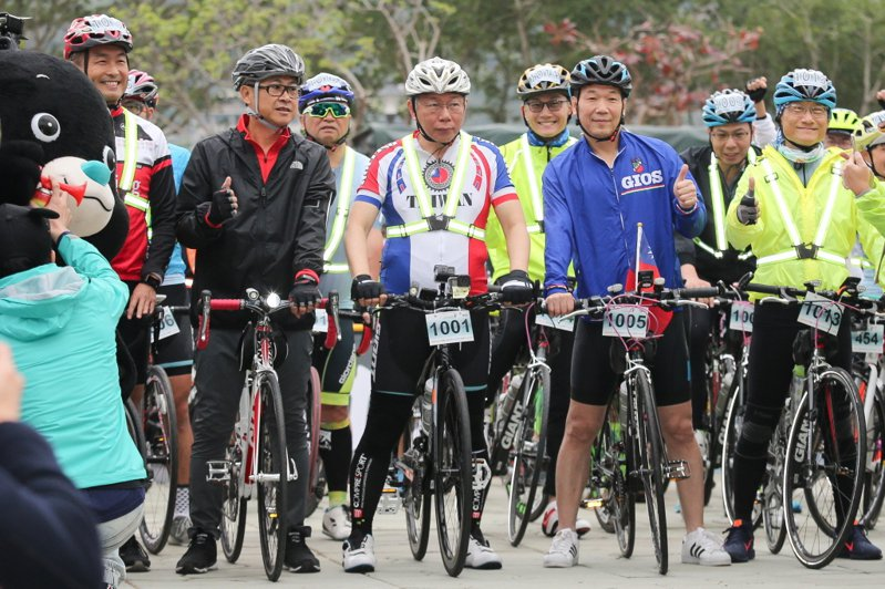 台北市長柯文哲(左三)今年將再度挑戰自行車一日北高行程,遭桃園市前議員王浩宇質疑,市府編列121萬預算,卻是行柯文哲個人行銷行程,「他(柯文哲)騎車,台北市民買單。」圖/聯合報系資料照
