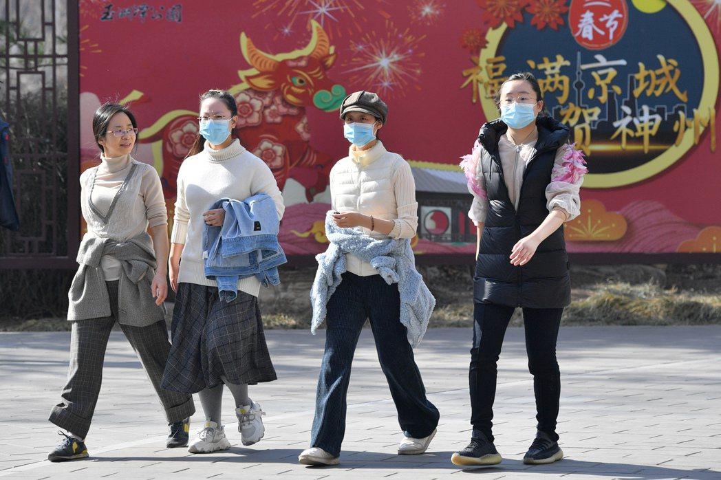 圖為北京市民在玉淵潭公園健步走。 中新社