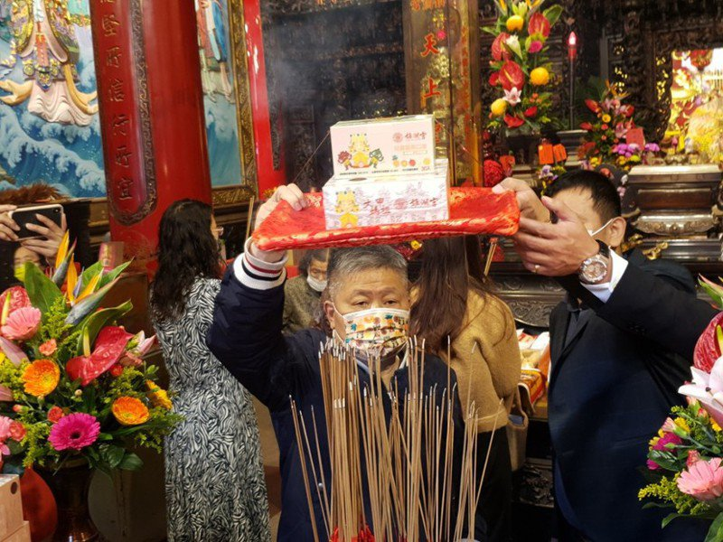 口罩公司和大甲鎮瀾宮推出聯名款口罩,在鎮瀾宮董事長顏清標共同主持下過火。記者游振昇/攝影