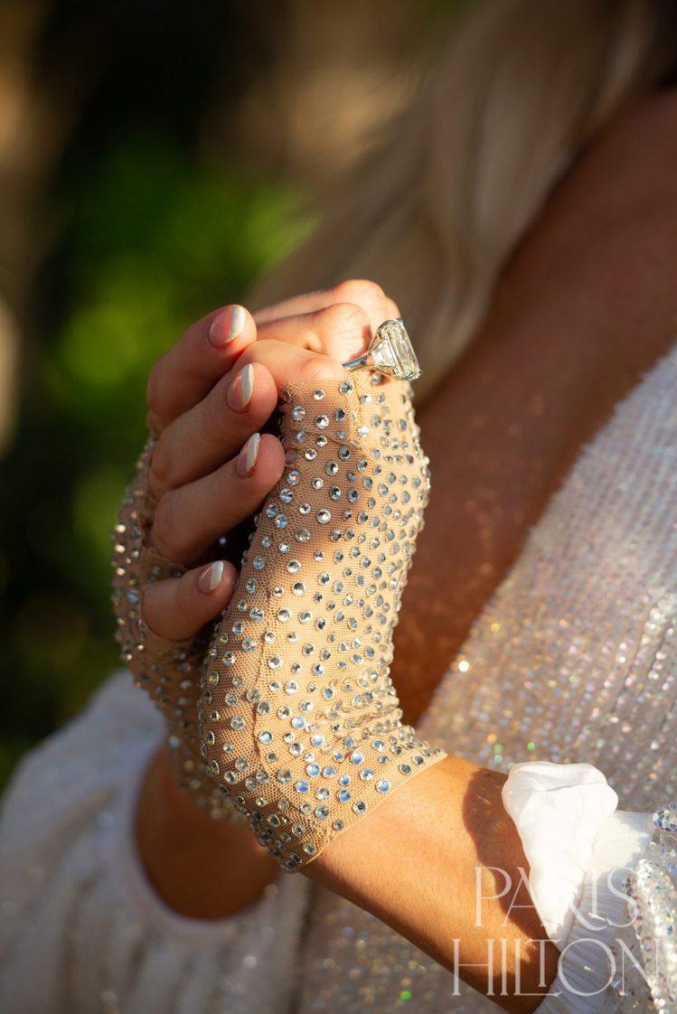 芭黎絲希爾頓在自己網站公開巨鑽求婚戒的設計幕後故事。圖/取自個人官網parish...