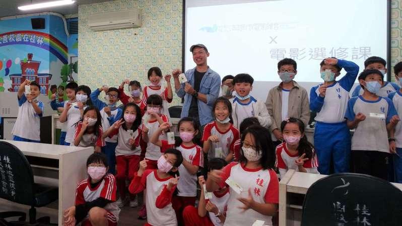 台灣福興文教基金會與高雄市電影館合作推動「偏鄉電影選修課」,扎根影像美學教育。圖/高雄市電影館提供
