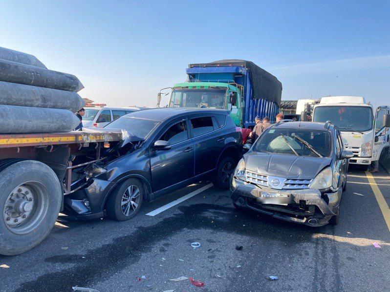 台61線西濱快速道路今天上午7時發生21輛連環車禍。記者莊祖銘/翻攝