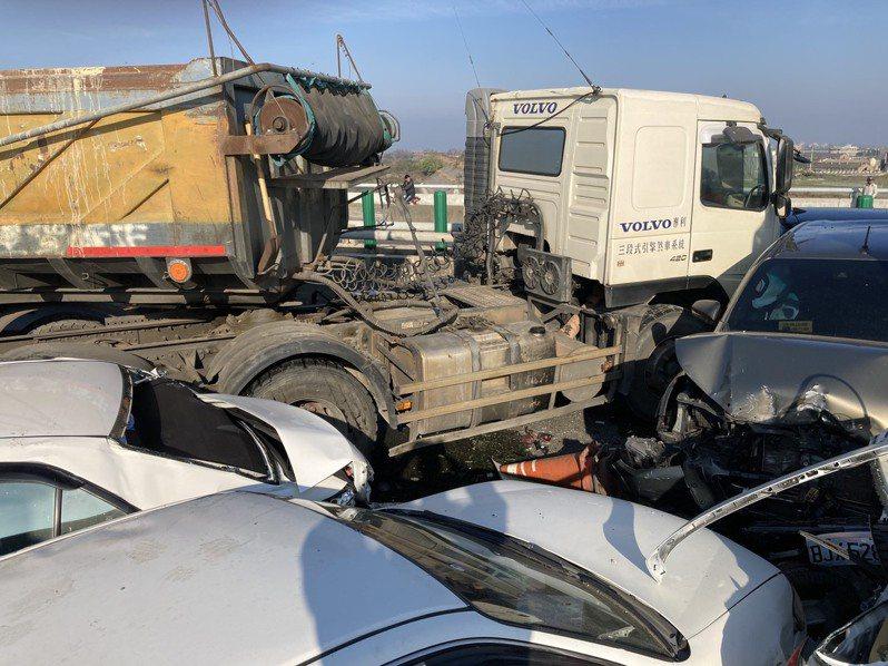 台61線西濱快速道路今天上午發生21輛重大死傷的連環車禍。記者莊祖銘/翻攝