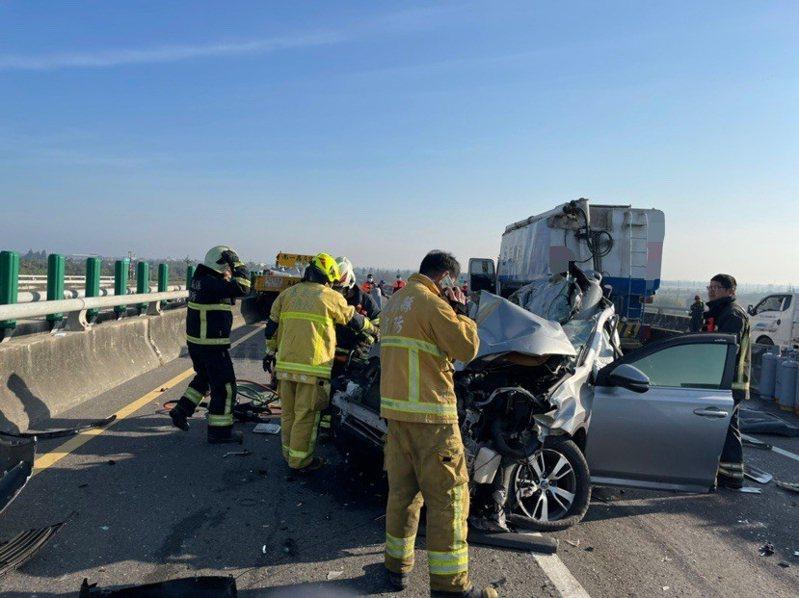 台61線西濱快速道路北上254公里、嘉義、雲林縣交界處路段,今天上午7時許發生20車連環撞擊車禍。圖/讀者提供