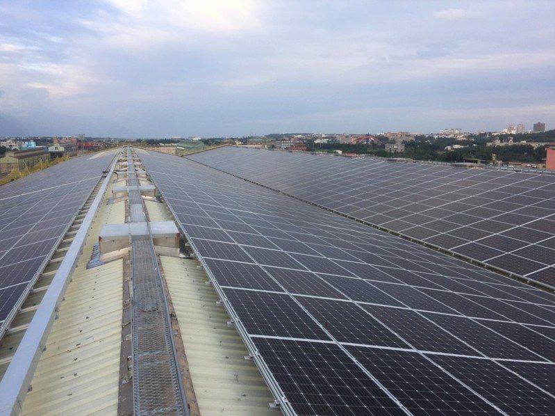 花蓮機廠檢修工場設置太陽光電。圖/台鐵局提供