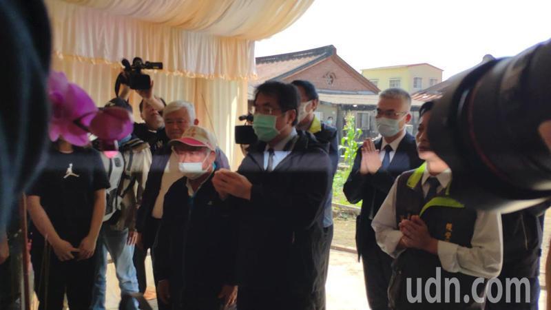 台南市長黃偉哲上午前往崑濱伯台南後壁老家上香。記者謝進盛/攝影