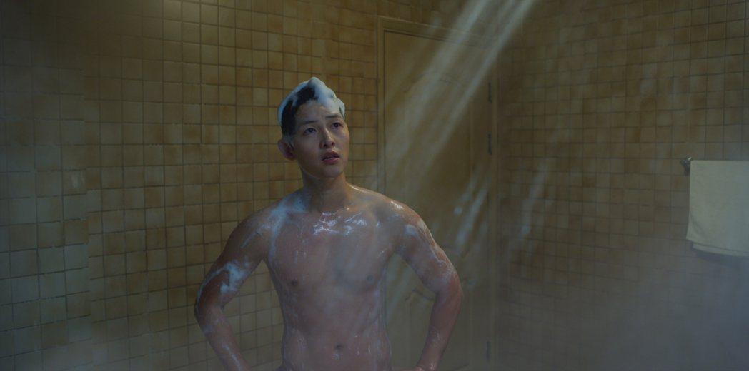 宋仲基因為淋浴時忽冷忽熱而正面入鏡。圖/Netflix提供