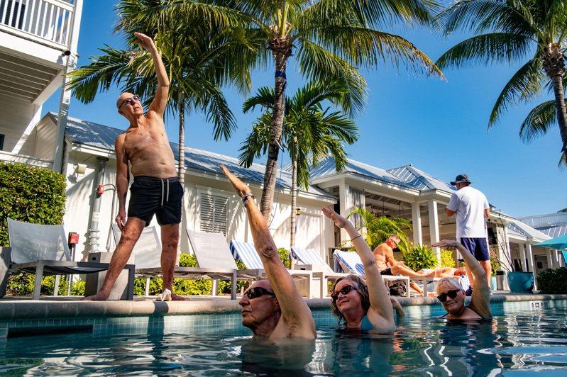 數據顯示,美國銀髮族正帶動一波國內旅遊訂位潮。圖為本月13日,佛羅里達州基威斯特島一家渡假中心內,遊客上水中瑜珈課。圖/紐約時報