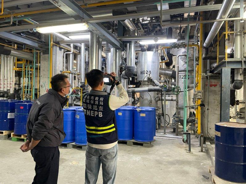 針對空品惡化,台南市環保局稽查人員20日持紅外線氣體顯像儀,到工廠稽查管線是否有洩漏。圖/環保局提供