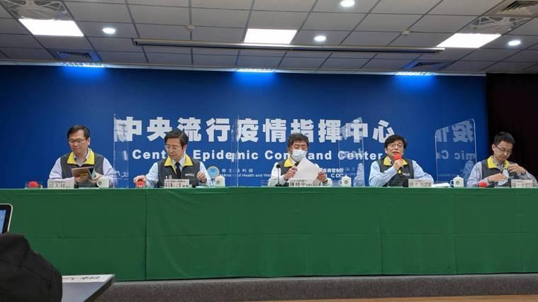 中央流行疫情指揮中心記者會,出席名單由左到右為:中央流行疫情指揮中心發言人莊人祥...