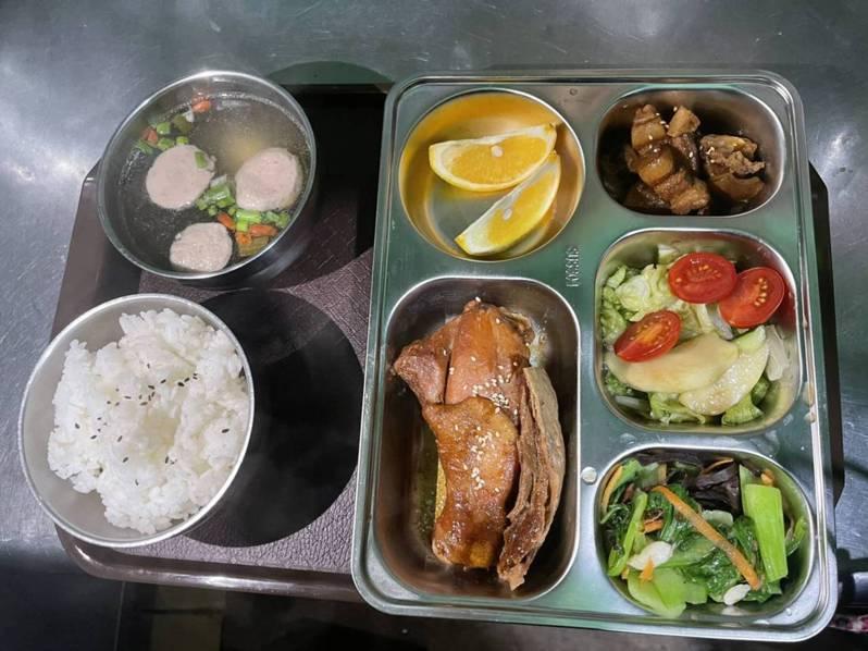 玉山排雲山莊餐點一改過去自助打菜模式,用餐改成定時定食套餐服務。圖/玉管處提供