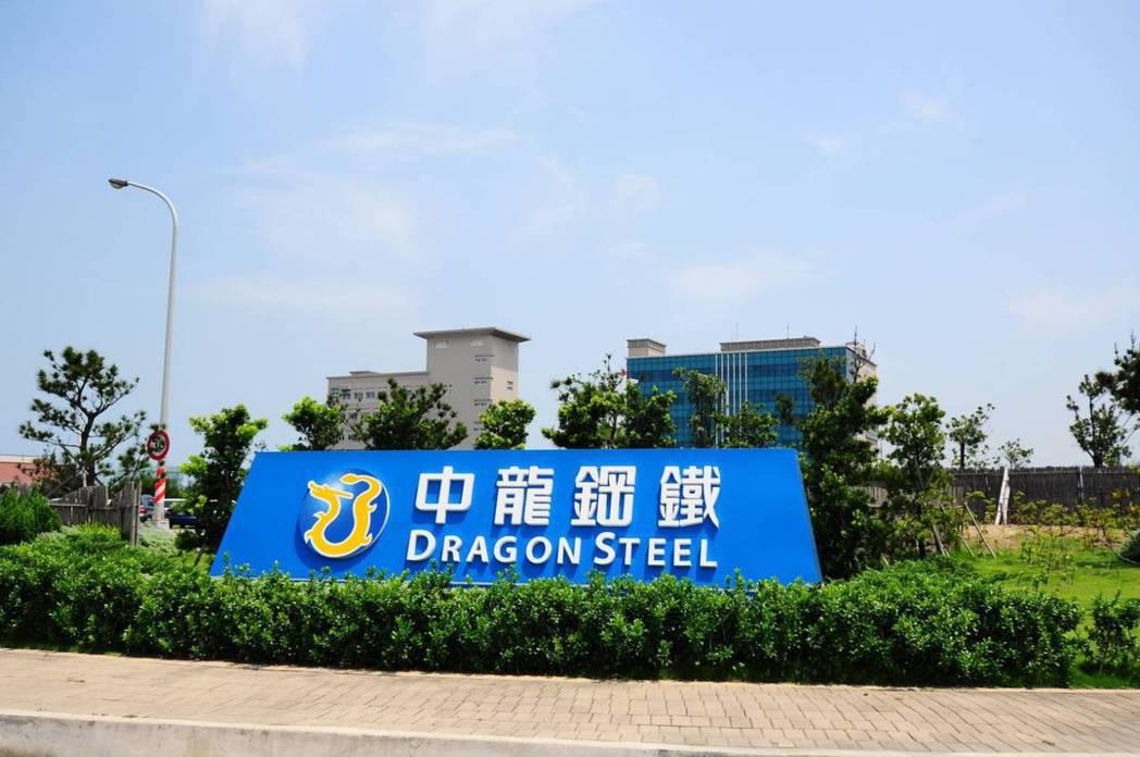 中龍鋼鐵人員說,近年來公司亦持續透過製程改善,以最佳調度模式節約用水量。圖/中龍...