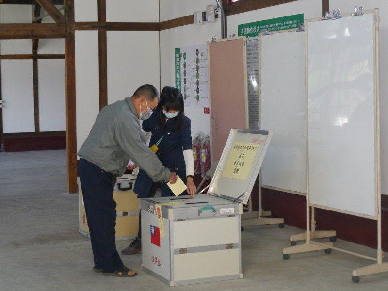 高市各農會今天改選會員代表與農事小組長,各農會選情單純,平均投票率不到四成。記者徐白櫻/攝影
