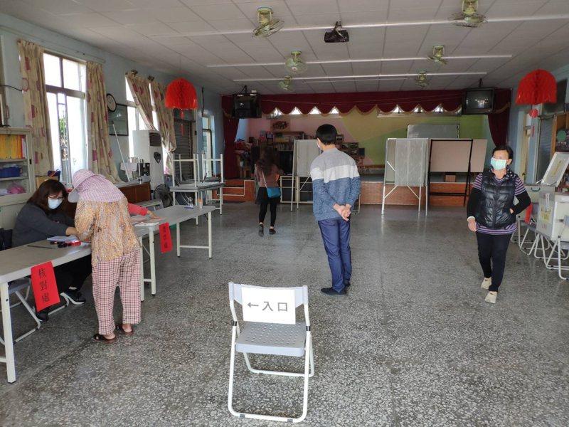 基層農會選舉今進行投票,部分農會恐變天,圖為台南後壁區投票情形。記者謝進盛/攝影