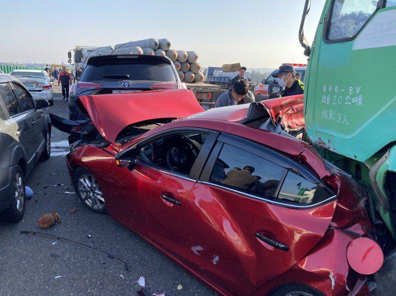 台61線西濱快速道路昨天上午發生21輛重大死傷的連環車禍。記者莊祖銘/翻攝