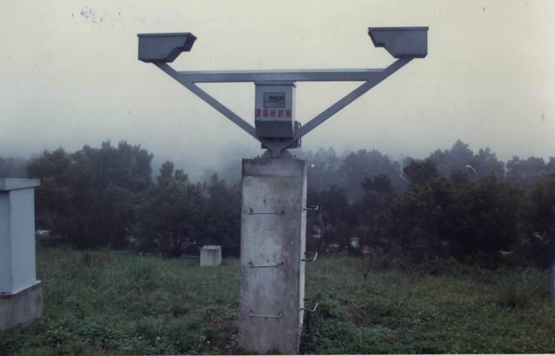 西濱快速道路昨天發生重大車禍,疑因濃霧肇禍,但令人驚訝的是西濱快速道路全線竟只有一支濃霧偵測器。圖為高速公路濃霧偵測器。圖/本報系資料照片