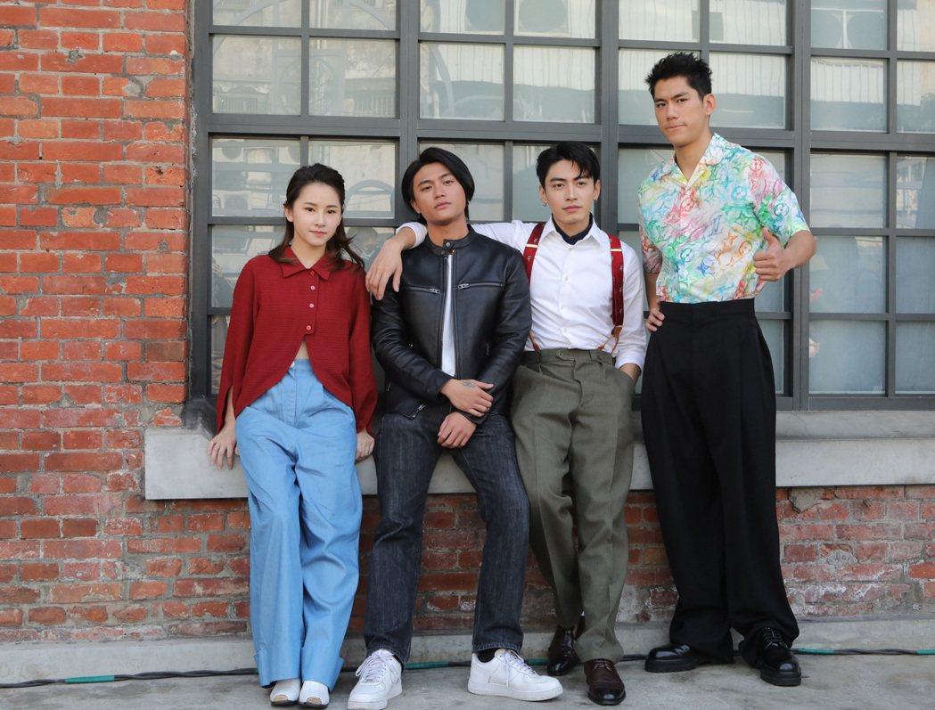 「天橋上的魔術師」演員盧以恩(左起)、羅士齊、宋柏緯、朱軒洋赴西門紅樓展覽踩點。...