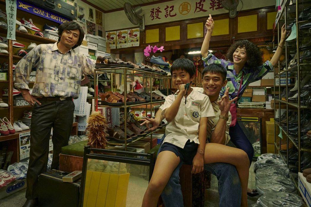 孫淑媚(後)、楊大正(左)在「天橋上的魔術師」中組成的家庭成為戲劇開播吸睛亮點。