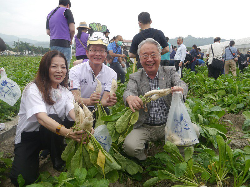 高雄市農會理事長蕭漢俊(右)是農業界資深幹部,他說,第一次看見各農會沒有競爭。圖/本報資料照