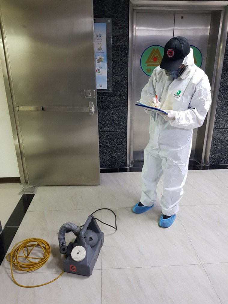 台南市一棟大樓因為有確診者進入,20日進行消毒。圖/民眾提供