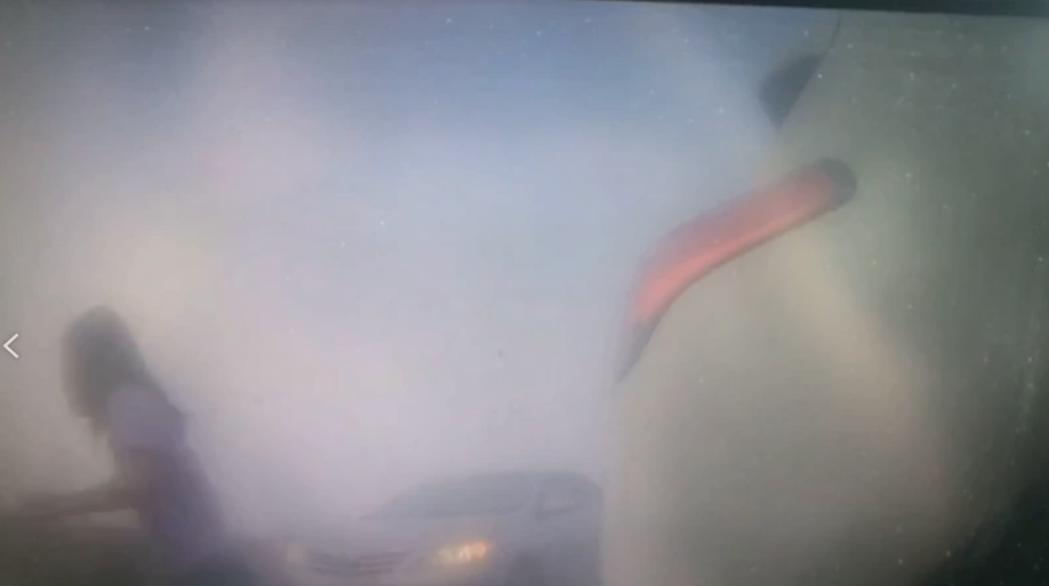 警方提醒用路人遇到濃霧應開啟霧燈、減速拉大車距,能見度不佳應就近下交流道等候霧散...