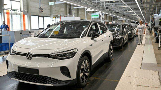 福斯期望今年電動車銷量在整體銷量占比,從去年的3%拉高至6%-8%。路透