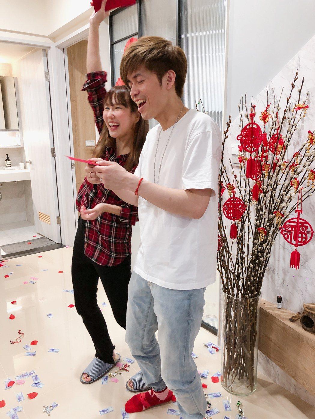 潘嘉麗(左)與老公在家中請客。圖/潘嘉麗提供