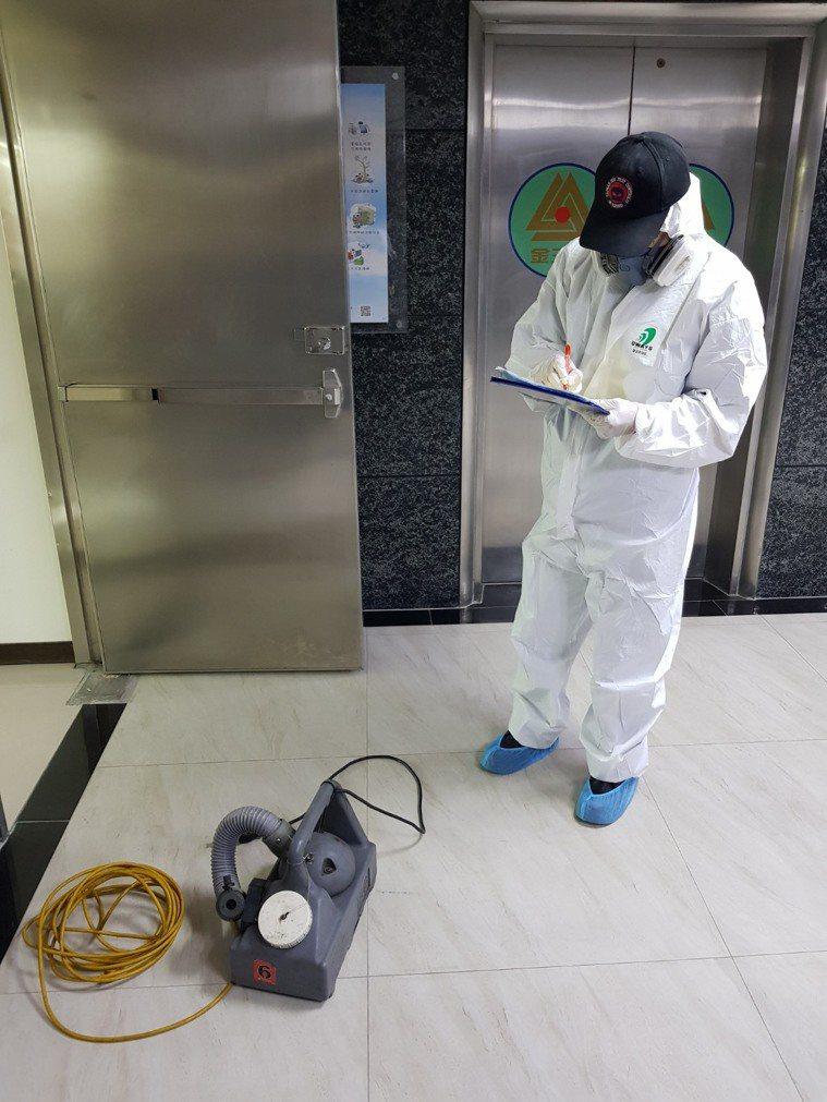 台南市一棟大樓因為有確診者進入,衛生局昨天進行消毒。圖/讀者提供