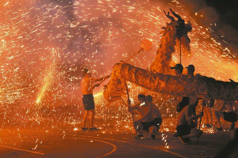 四川德陽市中江縣積金鎮,舞火龍的民俗傳承300多年,圖為絢爛驚豔的火龍舞。圖/本報四川德陽傳真