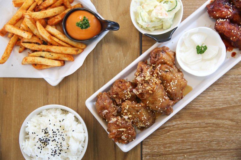 一名網友日前在PTT上詢問韓式炸雞品牌「起家雞」是否真的好吃到值得排隊等待,引發熱議。圖為示意圖。圖片來源/ingimage