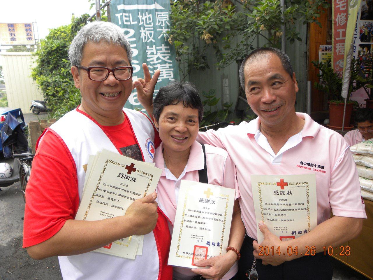 陳建業(左)與志同道合的朋友樂當志工。 圖/陳建業提供