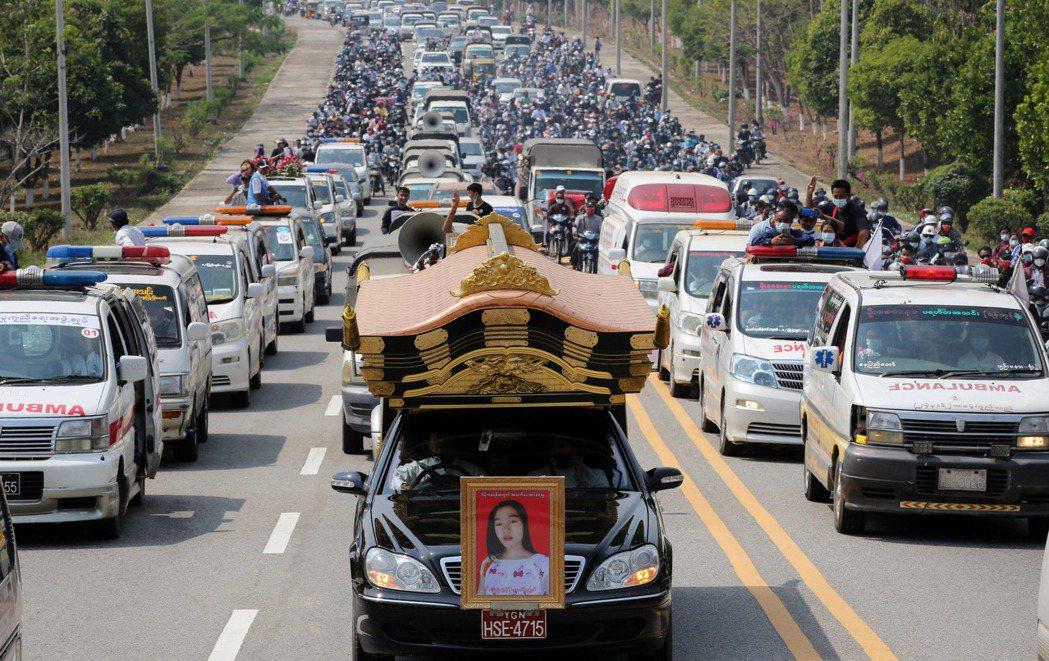 圖為2月21日緬甸民眾送行因中槍身亡的20歲女性示威者 Mya Thwe Thw...