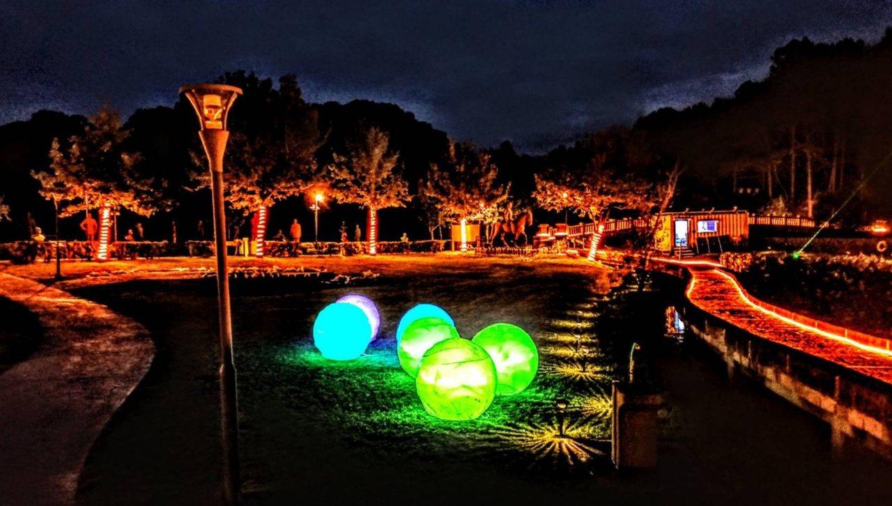 慈湖增加夜間景觀後,燈光造型浪漫。 圖/桃園市觀光旅遊局提供
