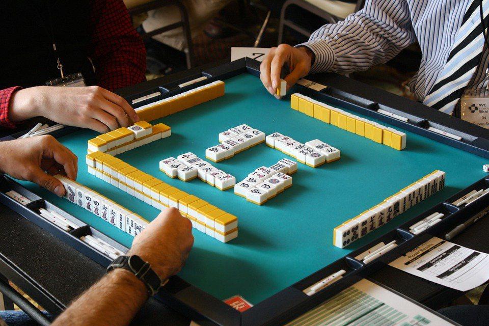 過年期間許多人都會聚在麻將牌桌上摸個幾圈玩通宵。 圖/pixabay