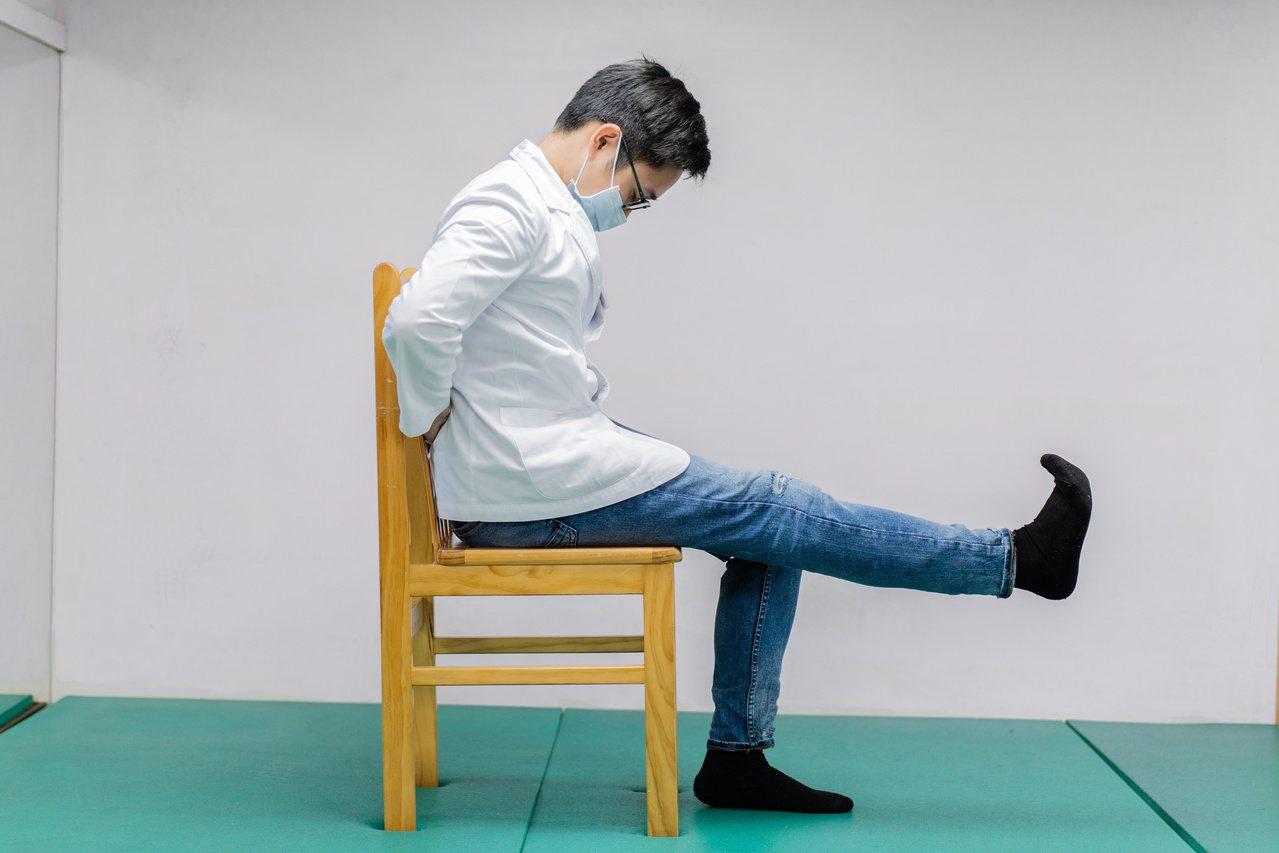 物理治療師施竣元示範雙手放於臀後,上背與頭彎曲到最底,下背維持筆直,再將雙腳伸直...