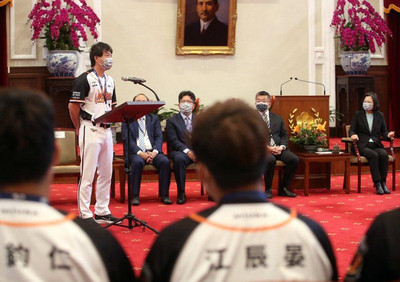 總統蔡英文22日接見統一7-ELEVEn獅隊,獅隊總教練林岳平(左)第2度入總統府,他笑說收到致詞任務比較擔心,但可以接受總統接見是榮耀。 中央社