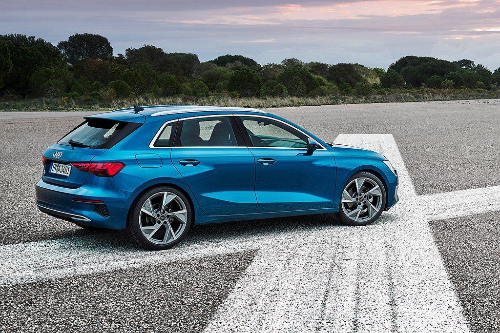 車側採用立體折線,對應車尾寬厚傾斜的C柱線條,為Audi A3 Sportbac...
