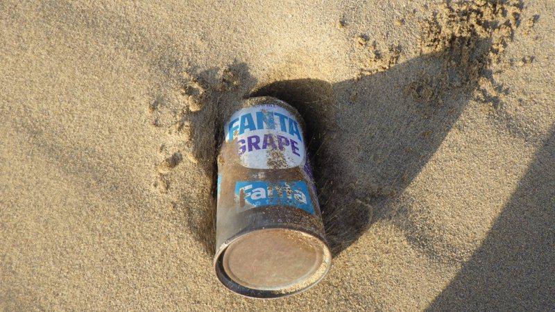 鳥取沙丘近日挖出一個1970年代的芬達葡萄汽水罐,不但引起網友討論,連芬達官方帳號都轉貼文章說明。圖擷取自twitter