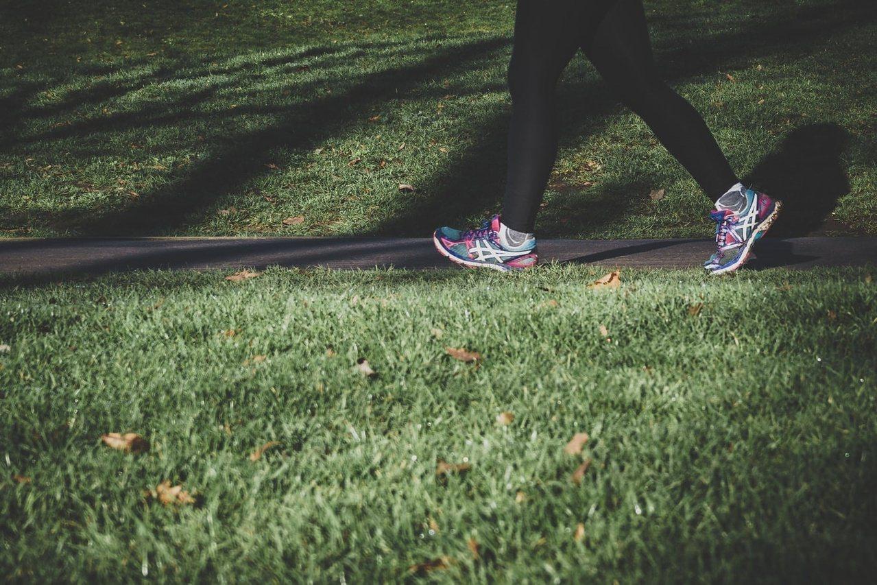 相較於跑步,快走對膝蓋的衝擊僅是體重的一至兩倍,不過每日目標步數也不要操之過及,...