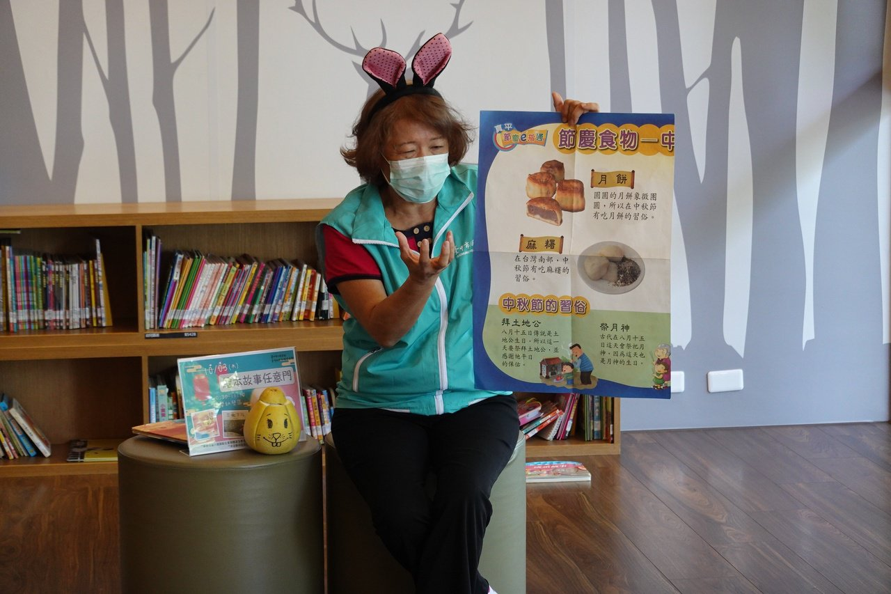 64歲王陳雪霞是國小退休教師,她擔任台中市圖書志工長達14年,近年又投入樂齡服務...
