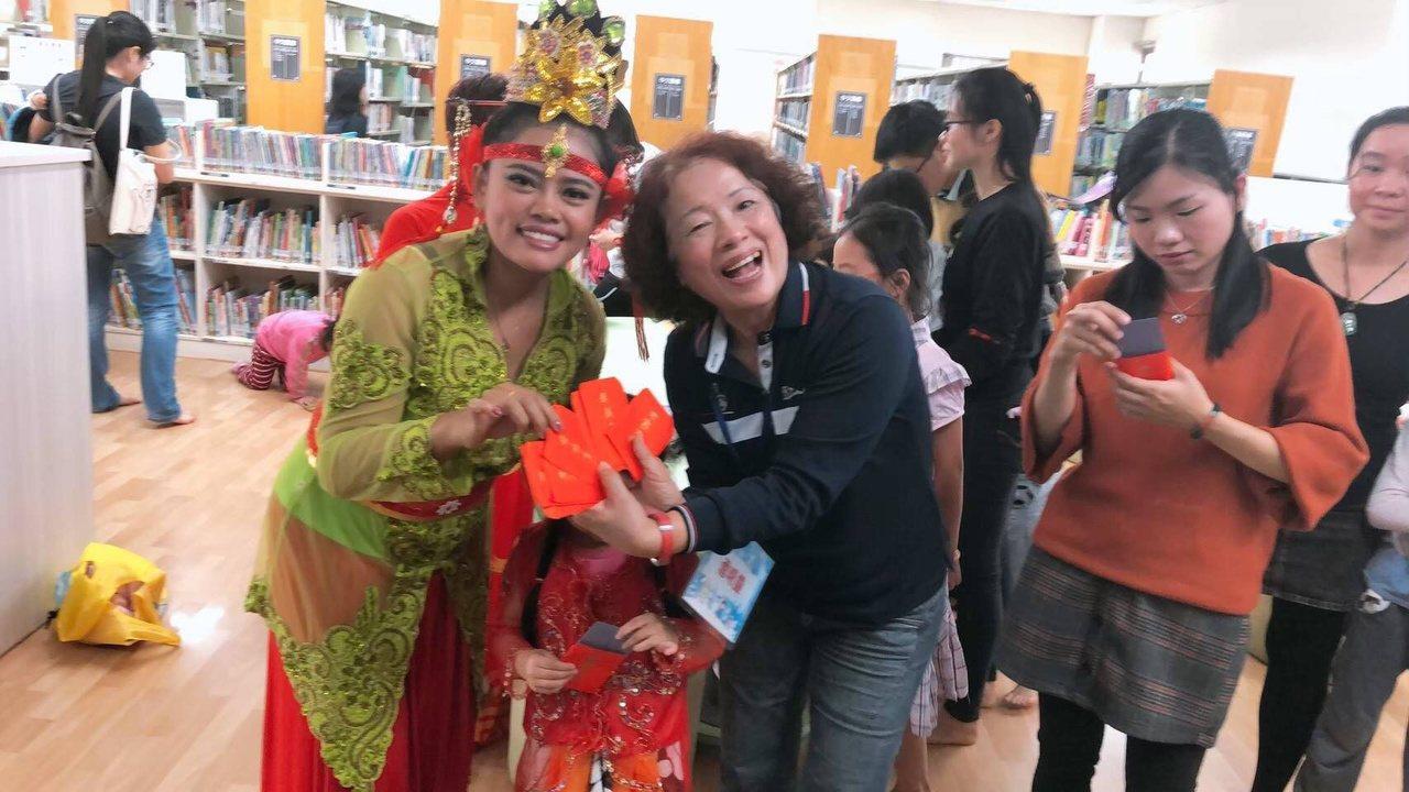 64歲王陳雪霞(左二)是國小退休教師,她擔任台中市圖書志工長達14年,近年又投入...