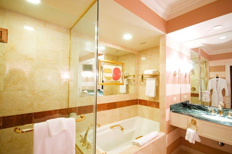 一名網友近日在Dcard上發文,詢問大家是否真的覺得透明浴室很有情趣。示意圖/ingimage