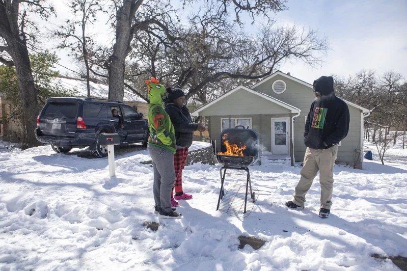 德州居民靠生火取暖。 圖/美聯社