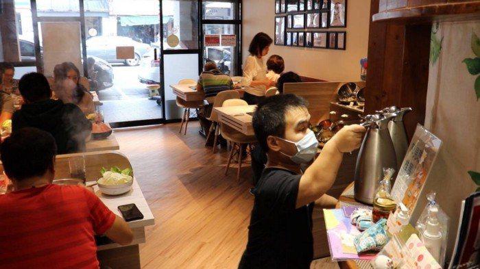 小聚人火鍋店員工工作畫面 。 圖/萬蓉攝影