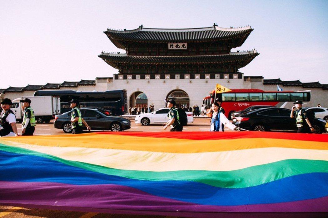 南韓的「首爾酷兒祭典」從2000年開始舉行,為南韓最大的同志遊行活動。歷經多年的...