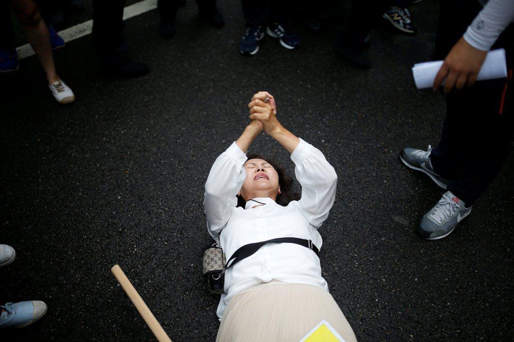 2016年的首爾酷兒祭典,現場有教會人士當場倒地「祈禱抗議」反對同運。 圖/路透...