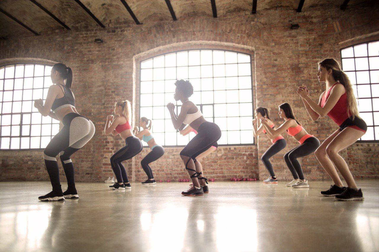 7秒深蹲可維持肌肉量,如果能養成做7秒深蹲的習慣,熱量便能固定被消耗掉;想減肥的...